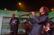 "Warren G and Kenny G Perform ""Regulate"""